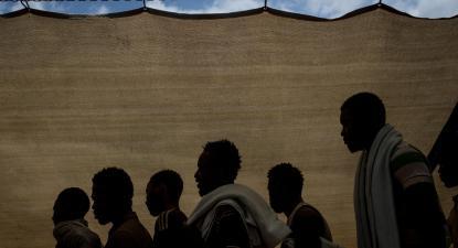 Refugiados e migrantes à espera de desembarcar após chegada a Reggio Calabria, Itália, em junho de 2017.