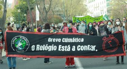 Greve Climática Estudantil - O relógio está a contar, faixa na manifestação de 19 de março de 2021 – foto de greveclimaticaestudantil.pt