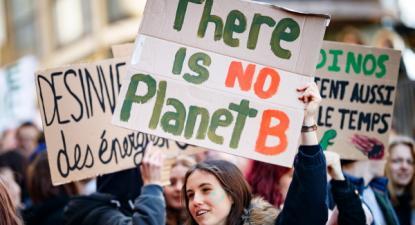 """""""Não há planeta B"""" lê-se em faixa na manifestação da Greve do Clima em Lausanne na Suíça, 18 de janeiro de 2019 – Foto de Valentin Flauraud/Epa/Lusa"""