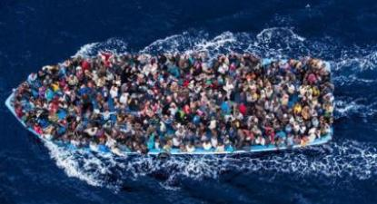 Centenas de refugiados num barco pesqueiro, pouco antes de serem resgatados pela marinha italiana na sua operação Mare Nostrum, em junho de 2014. Foto: MassimoSestini/Guarda Costeira italiana. Fonte: Centro de Notícias/ONU