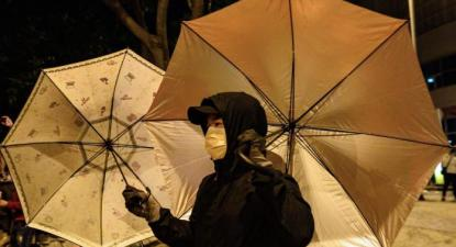 Manifestante em Hong Kong. Foto de Red Flag.
