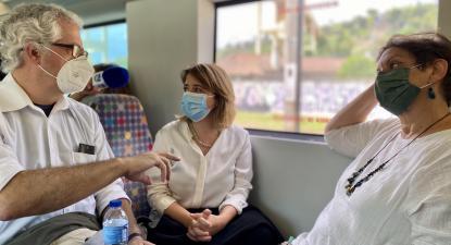 Catarina Martins, Carlos Patrão e Maria José Vitorino em viagem de comboio entre Lisboa e Vila Franca de Xira. Foto de Andreia Quartau.