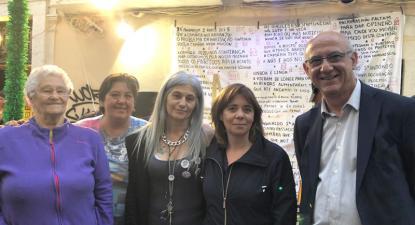 Catarina Martins e Manuel Grilo com as moradoras da Rua dos Lagares