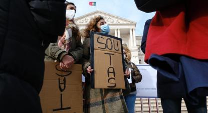 Técnicos Auxiliares de Saúde em frente ao Parlamento esta sexta-feira, antes de terem visto ser reconhecida a sua carreira. Foto de Ana Mendes.