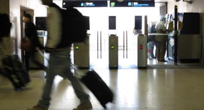 pessoa com trolley e mochila