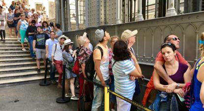 Fila de espera no Elevador de Santa Justa, Lisboa. Foto de Paulete Matos.