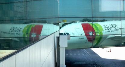 Avião refletido em terminal. Foto de Paulete Matos.
