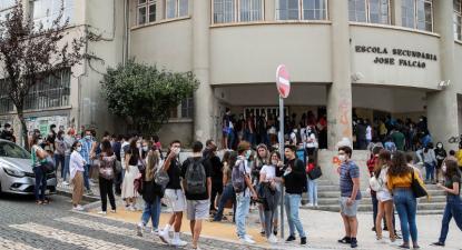 Alunos juntam-se à porta da Escola Secundária José Falcão, no dia do regresso às aulas, com as regras no contexto de pandemia da Covid-19, Coimbra, 17 de setembro de 2020. Paulo Novais/Lusa