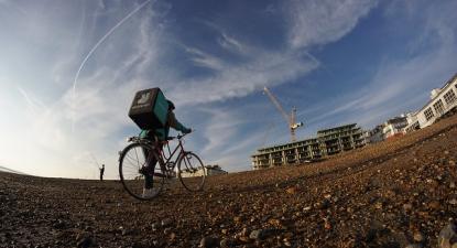 Ciclista de um serviço de entregas.