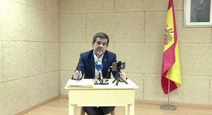 Jordi Sànchez falou por videoconferência no cenário montado pela direção da prisão de Soto del Real.