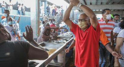 Grande apoio no mercado de peixe da Praia a José Maria Neves do PAICV, que foi eleito Presidente da República de Cabo Verde, 11 de outubro de 2021 – Foto de Elton Monteiro/Lusa
