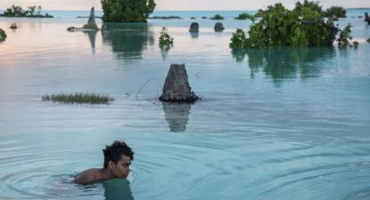 Os pequenos estados insulares do Pacífico estão extremamente preocupados com as alterações climáticas - Jovem de 16 anos nada numa área inundada em Aberao, Kiribati - Foto Sokhin/Unicef