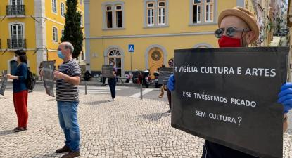 Profissionais da cultura empunha cartazes em protesto