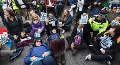 Protesto convocado pelo movimento Extinction Rebellion, em Londres. Foto de FACUNDO ARRIZABALAGA, EPA/Lusa.