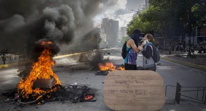 No dia em que Nicolás Maduro prometeu a paz, a violência ocupou as ruas de Caracas. Foto de Helena Carpio/EPA/Lusa, 30 julho de 2017.