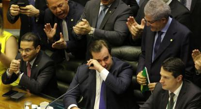 Rodrigo Maia chorou quando a proposta foi aprovada. Foto de Fabio Rodrigues Pozzebom/Agência Brasil Brasília