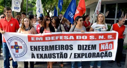 """Os enfermeiros irão entregar a petição """"Enfermeiros reclamam descongelamento da carreira e avaliação de desempenho igual aos enfermeiros da Região Autónoma da Madeira""""."""