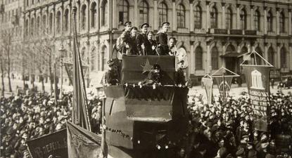 Manifestação de marinheiros em 1917 em Petrogrado. Créditos: fotografia de Pyotr Adolfovich Otsup. Krasnogorsk.