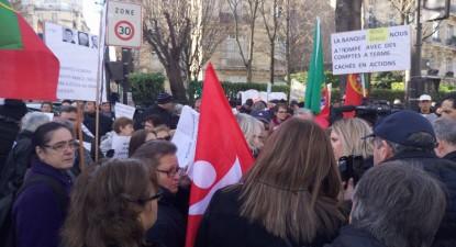 Manifestação de emigrantes lesados do BES em fevereiro passado – os emigrantes lesados do BES voltam a manifestar-se neste sábado, 29 de abril, em Paris, no Parvis des Droits de l'Homme no Trocadéro