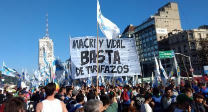 Manifestação contra os aumentos de tarifas promovidos por Macri. Foto de Banfield.