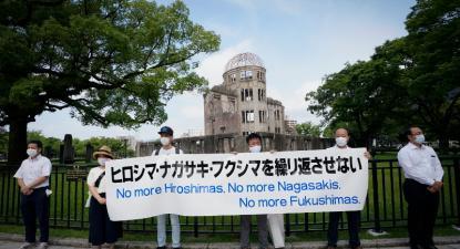 Manifestantes antinucleares seguram faixa junto ao Memorial da Paz de Hiroshima, 6 de agosto de 2020 – Foto de Dai Kurokawa/Lusa/Epa