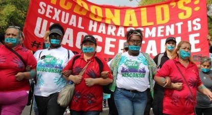 """Marcha de trabalhadoras da McDonald's e faixa com a frase: """"McDonald's: assédio sexual é inaceitável"""" - Foto iuf.org"""