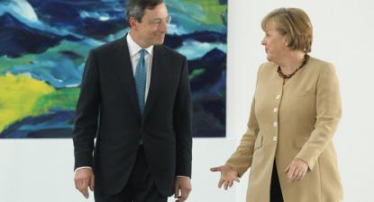 Na zona euro, este aparente paradoxo da política monetária é a expressão de problemas mais profundos - Foto Mario Draghi e Angela Merkel