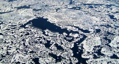 Imagens da Observatório Terrestre da NASA mostram rachas no gelo. As análises posteriores deteteram fuga de metano no Ártico. 2011. Wikimedia Commons.