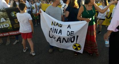 """No protesto realizado em Villanueva del Fresno, esteve uma delegação portuguesa com faixa dizendo """"Não a mina de urânio"""" - foto de página do facebook de """"Dehesa sin Uranio"""""""