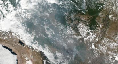 """Foto da NASA mostra o """"corredor de fumo"""" que tem origem na Amazónia e chega ao Sul"""