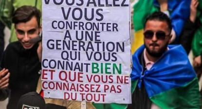 """Cartaz de uma manifestação: """"Vocês vão se confrontar com uma geração que vos conhece bem e que vocês desconhecem totalmente"""". Foto Algeria Watch"""