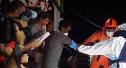 Desembarque de oito pessoas do Open Arms para assistência médica, 19 de agosto. Foto: Francisco Gentico/proactivaopenarms/Instagram.