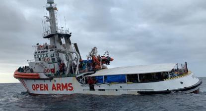 O Open Arms recolheu mais de 300 pessoas em águas líbias há uma semana. 139 das pessoas salvas são menores