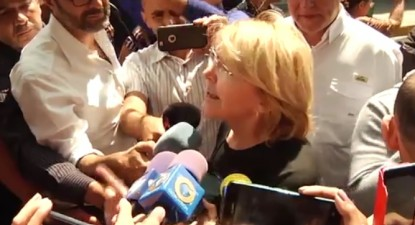 """Em declarações à imprensa, Luisa Ortega Díaz prometeu continuar a """"lutar pela liberdade e democracia na Venezuela""""."""