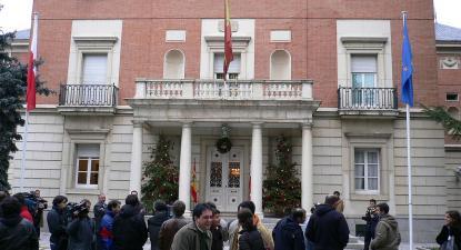 Rajoy assistiu ao discurso de Puigdemont no Palácio da Moncloa, reunindo de imediato com a número dois do governo, Soraya Sáenz de Santamaría, e o ministro da Justiça, Rafael Catalá, para discutir os próximos passos. Foto de Antonio Dominguez Prado/ Wikimedia Commons