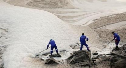 Funcionários da empresa Ambipombal com a ajuda de 6 camiões fazem a sucção da espuma que cobre a água do Rio Tejo junto ao açude de Abrantes, 26 de janeiro de 2018.
