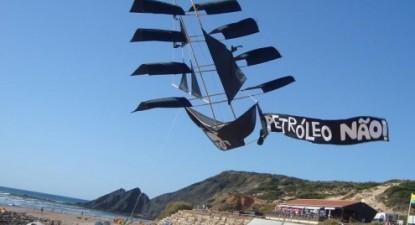 Papagaio de papel em versão barco de piratas contra o petróleo, numa praia no Algarve. Foto de Paula Nunes, no facebook da ASMAA Algarve Surf & Marine Activities Association.