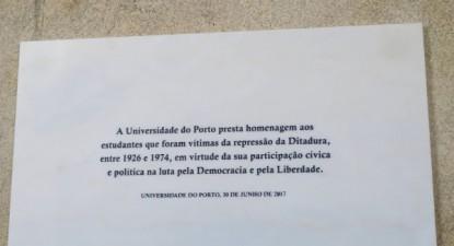 Placa alusiva às lutas estudantis na Reitoria da Universidade do Porto