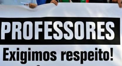 "Faixa ""Professores exigimos respeito"" - Foto Paulete Matos"