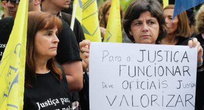 """Concentração dos funcionários judiciais de protesto pela """"redução do vencimento"""" - Foto de Tiago Petinga/Lusa"""