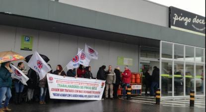"""Trabalhadores do Pingo Doce do Lavra, em Matosinhos, protestaram contra os """"abusos de poder de alguns gerentes"""", reivindicaram aumentos de salários e a revisão do contrato coletivo de trabalho – Foto CESP (arquivo)"""