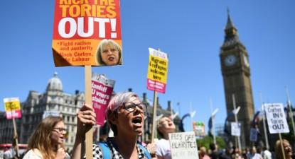 Protesto contra Theresa May, junto ao parlamento britânico, 10 de junho de 2017 – Foto Andy Rain/Epa/Lusa