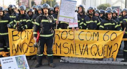 """Concentraçao de Sapadores Bombeiros em Lisboa com uma faixa onde se le """"Bombeiros com 60 anos! Quem salva quem?"""", 14 de janeiro de 2019 – Foto de Miguel A. Lopes/Lusa"""