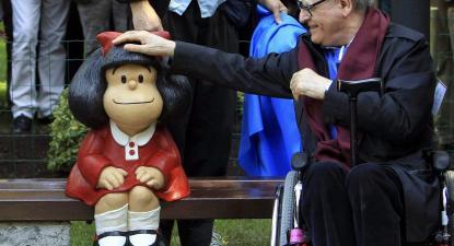 Quino junto a uma estátua de Mafalda em Oviedo, Espanha.