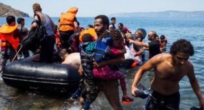 Migrantes a chegar à ilha de Lesbos num barco vindo da Turquia (Lazar Simeonov).