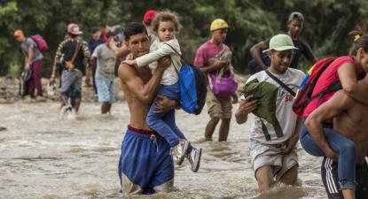 Familias venezolanas atravessam o rio Táchira em busca de alimentos e segurança em Cucuta, Colômbia – Foto de Vincent Tremeau/ACNUR