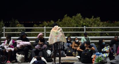 Refugiados na ilha de Lesbos na noite em que um incêndio destruiu o campo de refugiados de Moria.
