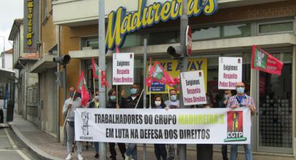 Trabalhadores em protesto em frente ao Madureiras. Foto da CGTP.