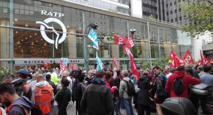 Trabalhadores da RATP em frente à sede da empresa em dia de greve. Setembro de 2019.