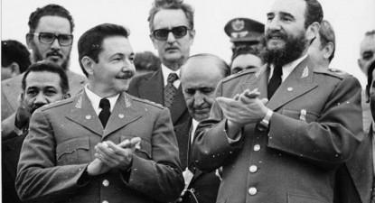 No primeiro plano, Raúl e Fidel Castro; Jorge Risquet aparece atrás, à esquerda.